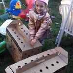 Diana öffnet die Cartons mit den Hühnern