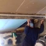 Beat beim Legen der letzten Dach-Isolierplatte